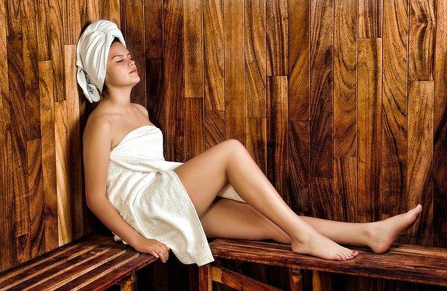 Žena, sauna, ručníky