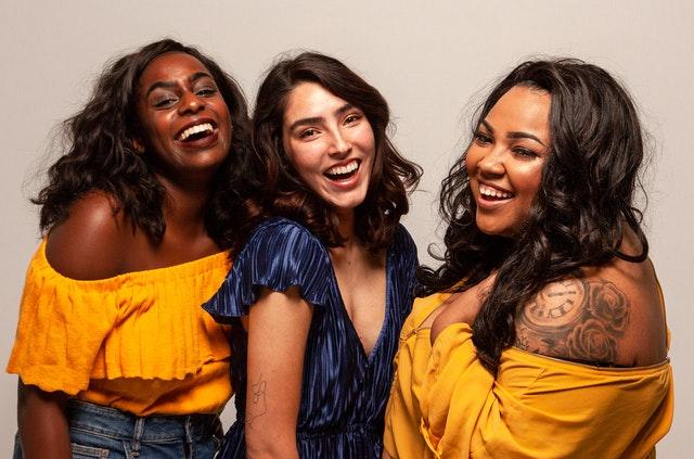 skupina smějících se žen